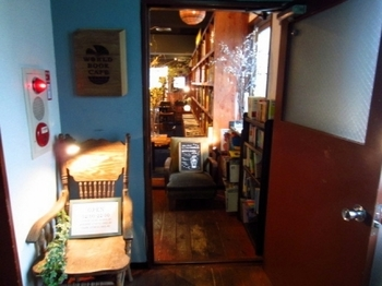 お店があるのは、1979年築のレトロビル5階。隠れ家感あふれる入口の奥には、オープンで心地よい空間が広がっています。