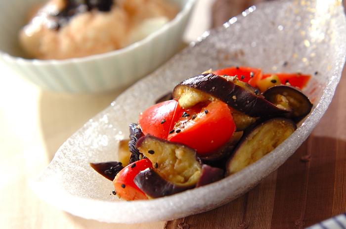 さっぱりとしていて口直しにベストな和え物。トマトの赤色で食卓が華やかになります。