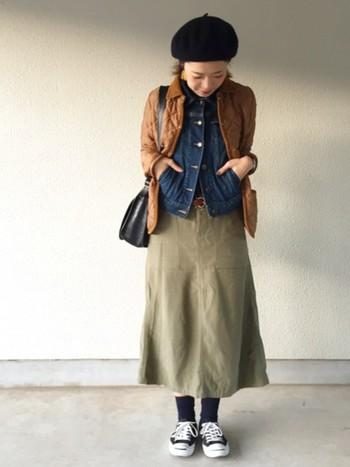 ラベンハムのキルティングジャケットは、程よくボリュームを抑えたスマートなシルエットが特徴です。こちらのようにGジャンと重ねたレイヤードスタイルなど、アウター同士の重ね着にも大活躍☆ロングスカート×ベレー帽のガーリーな組み合わせもキュート!