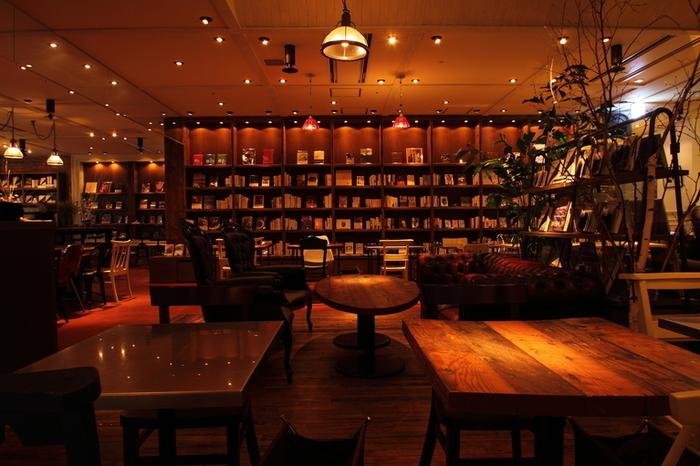 壁一面に設けられた本棚の本は、どれも自由に読んでOK。入口には、定期的に変わるフラワーディスプレイと、テーマを設けたおすすめ本が飾られています。