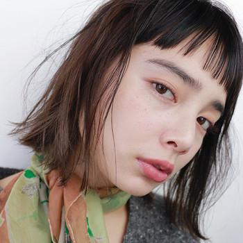 毛流れを感じさせる眉はマスキュリンで、春メイクをブラッシュアップしてくれます。 眉頭をしっかり立たせ、中間から眉尻は生え方に沿って透明マスカラを塗ります。