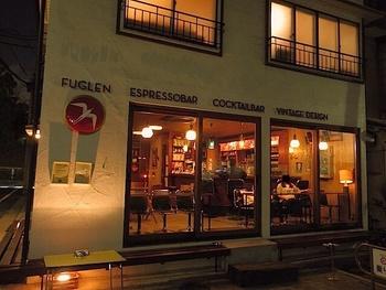 古民家に作られたお店は、場所柄外国人も多く夜はバーとしての顔ももつ温かい佇まい。