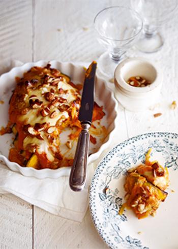 かぼちゃとナッツを使った、かぼちゃ色のグラタンレシピ。一見デザートのようでもありますが、トマトクリームソースの味付けとチーズはグラタンそのもの。オシャレなので、おもてなしにも良さそうです。