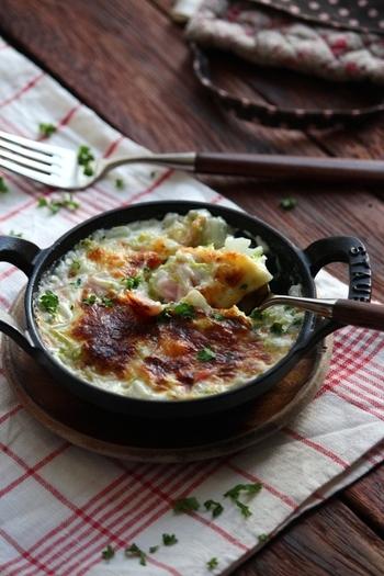 白菜と長ネギを使う、ちょっと変わったグラタンです。ソースを作る手順を省き、材料を具材と一緒にトースターで加熱するだけと簡単。ぜひ覚えておきたいレシピです。