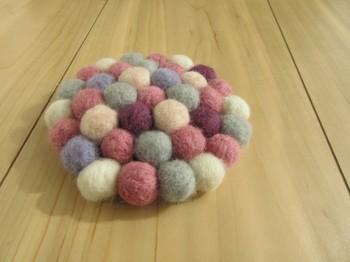 モコモコの羊毛フェルトが可愛い優しい色合いのフェルトボールのコースター。見ているだけでほっこり癒されます。