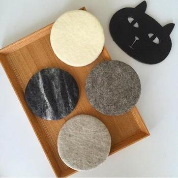 こちらも羊毛フェルトのコースターです。なかにマグネットが入っているので、使わないときは冷蔵庫に貼っておける優れもの!