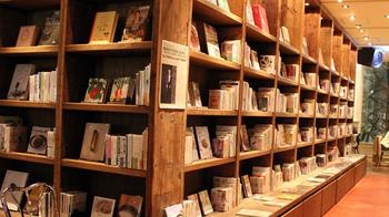 2014年にオープンした、札幌中心部の新スポット「赤れんがテラス」。2Fの「ブルックリンパーラー札幌」は「人生における無駄で優雅なもの、ぜんぶ。」をコンセプトに、食、音楽、本のある空間を提案しています。