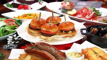 フードは食べごたえたっぷりのアメリカンスタイル。ハンバーガーやパスタ、スイーツなどのほか、季節限定のフードメニューも。