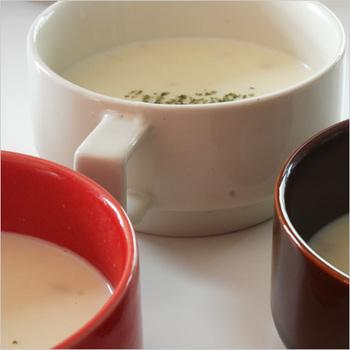 同じく長崎県の波佐見焼「HASAMI(ハサミ)」のスープカップ。深みのある陶器の色合いが特徴です。画像のように重ねてもすっきりして可愛いですね。