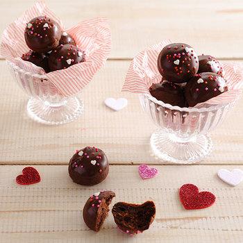 そこで今回は、バレンタインにおすすめのチョコレートスイーツレシピとアレンジ、お手軽&簡単なラッピングアイデアをご紹介します♪