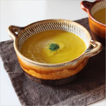 九州の民陶の里からは、小鹿田焼きのスープカップをご紹介。民陶らしい土の力強さと、飛びかんなの装飾が味わい深い一皿です。温もりいっぱいの食卓を演出できそう。