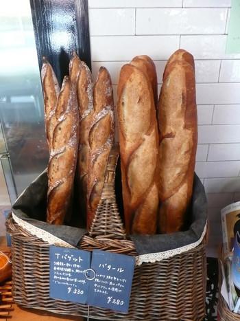 エスで人気のパンはやっぱりバゲット。外側はガリガリ、内側はもっちりの二つの食感が楽しめる逸品です。