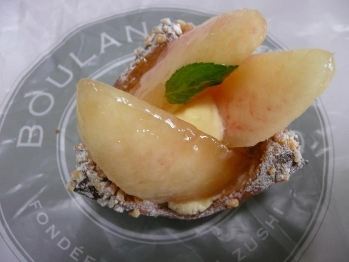 夏限定の桃のデニッシュは豪快に桃を使ったケーキのようないでたち。デニッシュ生地のさくさく感と桃のジューシーな甘さが口に広がります。夏限定ですのでお急ぎくださいね。