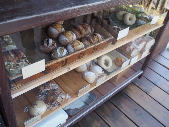 自家製酵母と国産の小麦を使ったパンは、ふんわりしっとり。とくに季節の無添加食材を使った季節感のあるパンにはこだわりがあります。