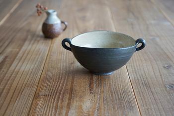 福岡県飯塚市にある羅以音窯(らいおんがま)のスープボウルはコントラストの効いた一皿。手作りのため、一点一点微妙な違いがあります。楕円と取っ手のシルエットがオシャレなボウルですね。