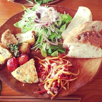 月に一度のおうちカフェも好評です。季節のお野菜とパンがとってもおいしそう。