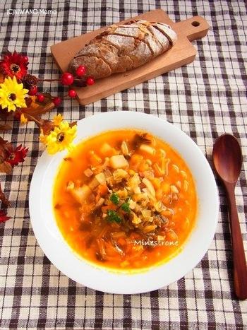 たっぷりの野菜で煮込む優しい味わいのミネストローネ。塩麹を入れるので、大根、冬瓜、かぶ、キャベツなどがとってもジューシィに仕上がります。水分の多い野菜を使うのがおすすめ!