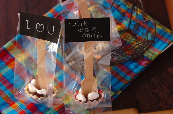 【生チョコスティック】 こちらはスプーンチョコならぬ、ふんわりマシュマロがアクセントになったフォークチョコ。 こんな風に1つ1つラッピング袋に入れてメッセージを添えると、手作り感もあって素敵ですね♪