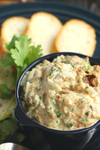 さばの味噌煮とパクチー、意外と相性がいいんですよ。パンだけでなくパスタやご飯とも合う、食が進むディップです。