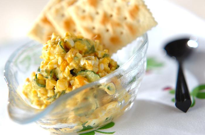 カレーに卵、アンチョビにガーリックなど、色々な味がからみあって楽しいお味。カレー粉にこだわるとエスニック感がUPします。