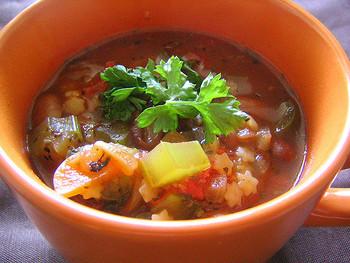 ミネストローネにちょっとした調味料などをプラスしてあげるだけで、スープに深みが増し、コクもUP! おうちにある調味料を加えるだけなので、材料も手間も増えません。是非、色々なアレンジを楽しんでみて下さいね♪