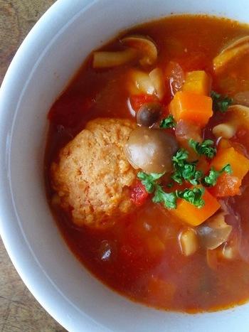 肉団子を入れたボリューム満点のミネストローネ。鶏団子の茹で汁がスープのベースとなっているので、スープの素を使わなくても素材の旨味だけで十分美味しく頂けます。