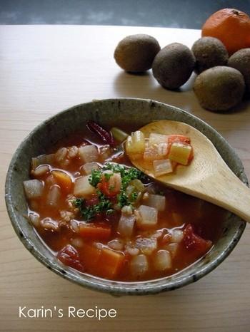 最近、干し野菜を作る人が増えて来ましたが、空気が乾燥している冬場は、特に干し野菜にぴったりの季節!太陽の恵みをいっぱい浴びた野菜と押し麦を使った、ミネストローネは、ほっこり優しいお味で、体の芯から温まります。