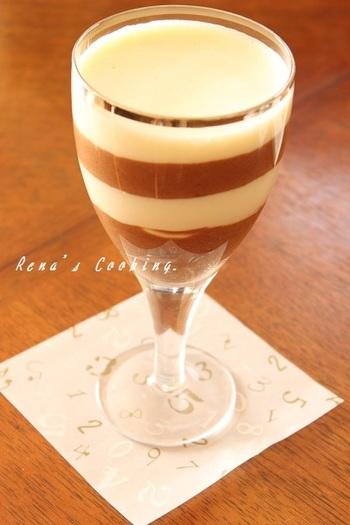 ブラウニーを入れた2層のムースは、ミルクチョコレートとホワイトチョコレートの2種類の味が楽しめます。柔らかいムースの中に突然現れるブラウニー!なんだか食べるのが楽しみですね。