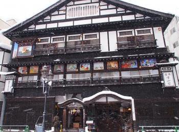 大正4年に建設された木造4階建の宿。  2階の壁面を彩る華やかな「鏝絵」(こてえ)と呼ばれる絵は必見です!
