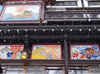古山閣の鏝絵は、鯉のぼりや雛人形などの一年の季節の風景が描かれています。