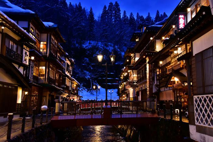 ガス灯の灯りが、銀山温泉の街並みをあたたかく包み込みます。