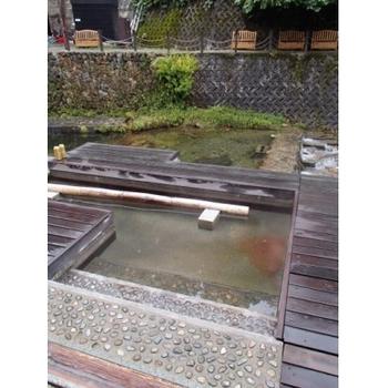 各旅館と同じ源泉から引かれている無料の足湯は休憩にぴったり。場所によって温度が違うようなので、足をつける前には温度をチェックしてみて☆