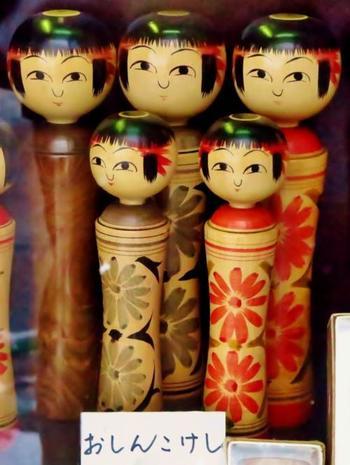 こけしも有名な伝統工芸品です。 銀山温泉入り口にある「伊豆こけし工房」では、こけしの絵付け体験もできます。