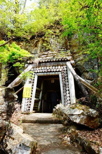 温泉街から奥へ進んだ白銀公園内にある銀鉱山の鉱道跡です。昭和60年に国指定史跡となりました。  中はひんやり♪宿泊の方は浴衣姿でも散策できます。