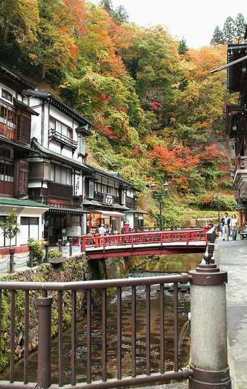 秋は紅葉も見どころのひとつ♪ 銀山温泉へ向かう道中でも、紅葉が楽しめます。
