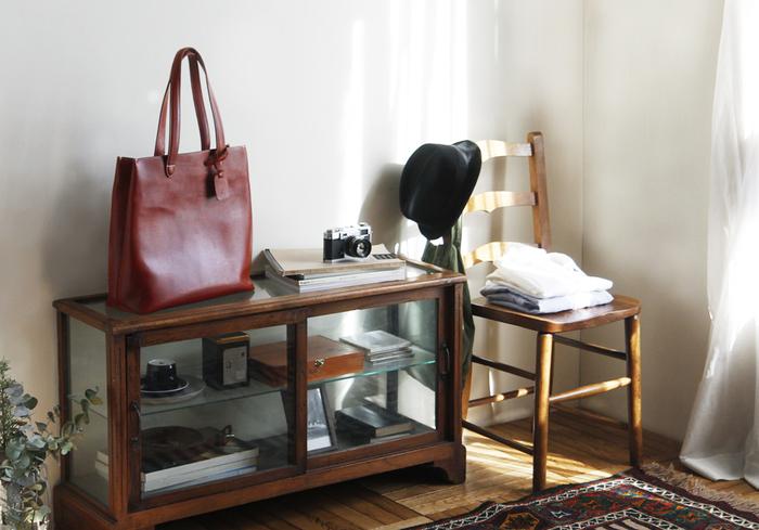 色々な種類のバッグをコーデごとに持ち変えるのもお洒落ですが、「やっぱりコレ!」と思える、自分のお気に入りの革の鞄がひとつあるだけで、なんだか生活が楽しくなると思いませんか?キナリノ女子におすすめの鞄をご紹介しましょう。