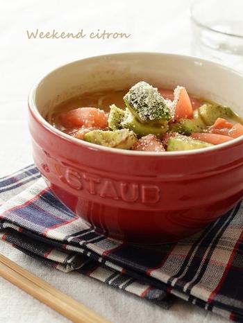 オリーブオイルが香る、トマトとアボカドをトッピングした洋風ラーメンです。とんこつ系のインスタントラーメンでお試しあれ。
