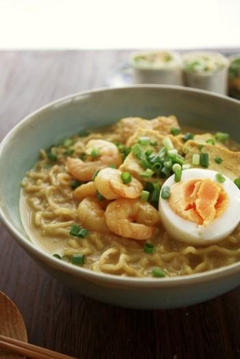 シンガポールの麺料理であるラクサヌードル風のラーメンです。ナンプラーを入れれば一気にエスニックな香りに!調味料をしっかり炒めてペースト状にするのがポイントです。