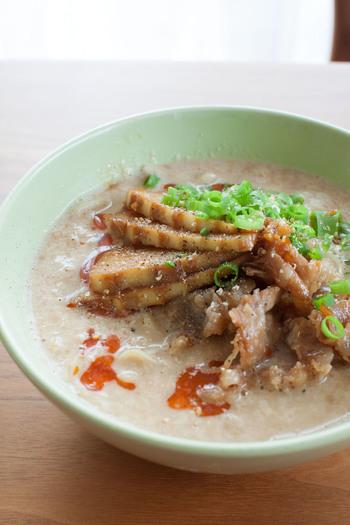 こっくりまろやかな豆乳スープとたけのこと豚肉の甘辛炒めが絶妙にマッチする、濃厚ラーメン。豆乳の分離を防ぐには、沸騰直前で火を止めるのがポイント!