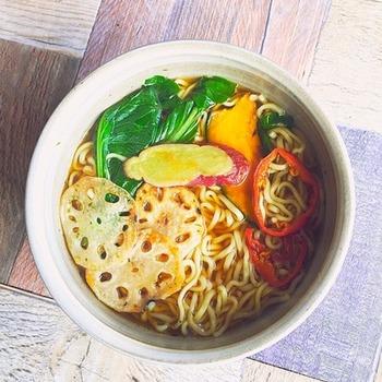 市販の醤油スープにポン酢の酸味が加わったラーメンです。彩り野菜を加えれば、カフェ風のおしゃれな1杯の出来上がり。