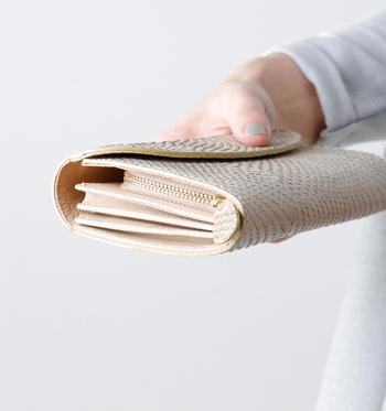 春の時期に買う「春財布」は、(お金をパンパンに)張る財布とも言われており、縁起がいいとされているそうです。 春という時季にも、いろいろ捉え方があると思います。 冬至が終わったらもう春という考え方や、立春が過ぎたら春など人それぞれですが、ちょうどどちらの時季にも当てはまる2月~3月にかけての一ヶ月が良さそうです。