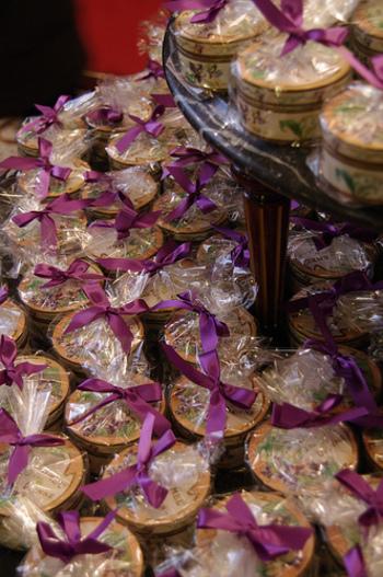 ウィーン王宮御用達菓子店「デメル」では有名な人気菓子。 子供の頃、大事な宝物をしまっておいた小箱のような、かわいらしいパッケージです。