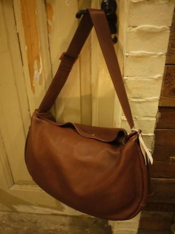 丸みを帯びたデザインがほどよくかわいらしいショルダーバッグ。肩に掛ける紐部分は幅広なので、肩に食い込まず疲れにくそうですね。