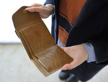 二つ折り財布の中は、お札入れ2箇所、カード入れが6箇所の十分な収納力。表部分には、小銭入れが付いています。ダブルスナップボタンが使い勝手抜群です。