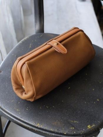 山羊革製のマルチポーチは、口金が大きく開くのでスマホやお金を入れてクラッチバッグ的に使っても素敵。