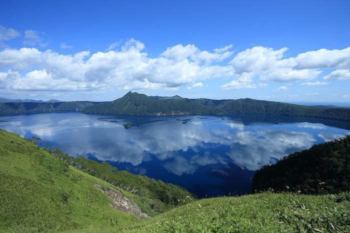 そうした条件が重なったことで、日本一の「透明度が高く美しい青い湖面」が誕生しました。※ちなみに世界一はロシアのバイカル湖で、一時期はこれを抜いて摩周湖が世界一になったこともあります。