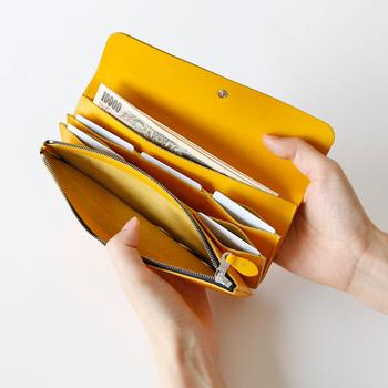ロングウォレットの中は、カードを縦に3枚ずつ入れることができるポケットが6箇所ついていて、じゃばらのようなデザインが特長。そして、さらに収納が3箇所も。レシートや、チケットなど収納上手さんにおすすめのお財布です。