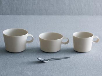大人気の「unjour」のシリーズ。こちらは『1日』をコンセプトにしたもの。写真は、左から順に、matin(朝)、aprés midi(午後)、nuit(夜)用のカップです。