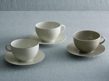 「飲み物が美味しく見える器」をテーマに、シンプルながらイイホシさんらしいカップ&ソーサーができました。