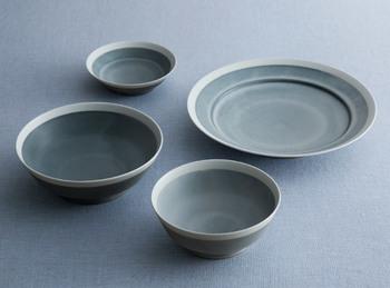 この4つの器だけあれば、普段の食事がまかなえる。そんなシンプルなコンセプトで作られたのが、こちらの「4つで暮らす」シリーズ。アンジュールなどがみんなで食卓を囲むイメージの器なら、この「with 4」は個人で使う感じだとか。大きいお皿はとんかつやカレー、小さいお皿は取り皿などに。